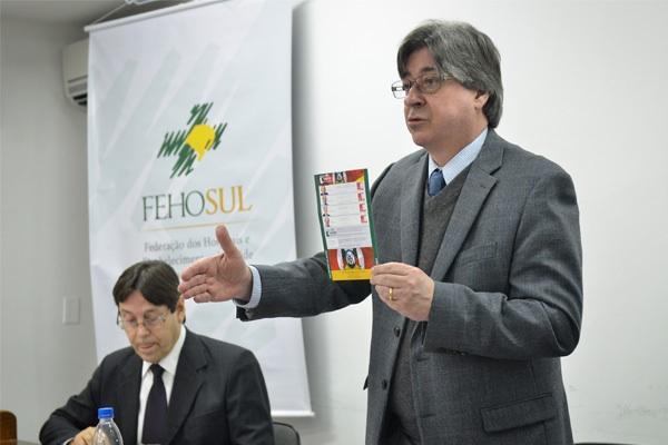Cláudio Allgayer, presidente da FEHOSUL aproveitou a oportunidade para convidar os presentes a participar do evento Encontros da  Saúde, com os candidatos ao governo do Estado