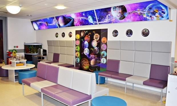 """Sala de recepção com distração para as crianças, jogos e ambientação """"planetária"""""""