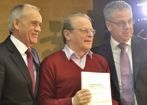 Tarso recebe livro da Anahp das mãos de Claudio Seferin e Fernando Torelly