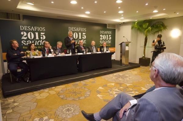 Mesa composta por dirigentes e equipe da Secretaria Estadual da Saúde