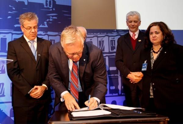 Assinatura de afiliação entre Johns Hopkins International e Hospital Moinhos de Vento (2013)