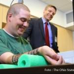 Homem com paralisia volta a mover a mão graças a implante cerebral