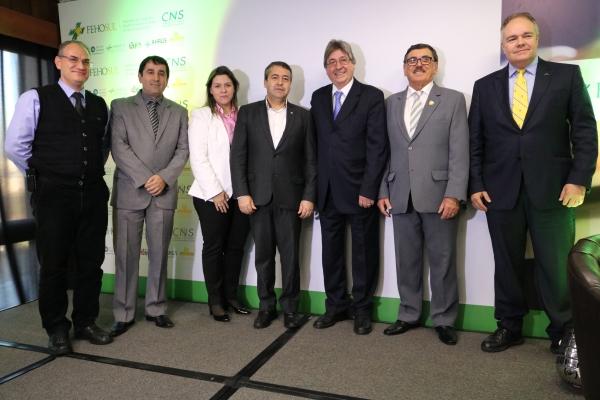 Dirigentes e assessores posam com o ministro Ronaldo Nogueira