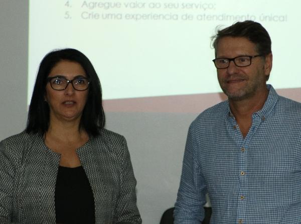 A palestrantes Cristina Cafruni e o coordenador de pós-graduação e extensão da Fasaúde/IAHCS, Paulo Petry