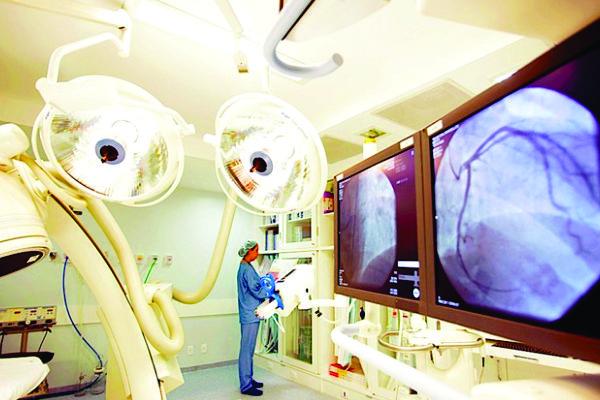 Sala híbrida com capacidade para realização ao mesmo tempo de procedimentos endovasculares e cirúrgicos,