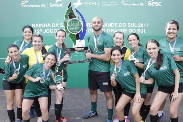 Atletas da Unimed Porto Alegre comemoram com o Troféu