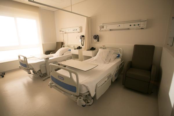 Colunas articuladas com tomadas e pontos de gases medicinais facilitam a assistência. Há telas touch screen ao lado do leito para o acesso imediato a exames de laboratório, raio X e tomografia
