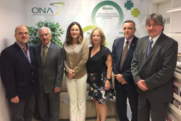 Da esquerda para direita: Dr. Fábio Leite Gastal (UNIMED), Dr. Ivo Garcia do Nascimento (FBH), Dra. Lais Perazo Nunes de Carvalho (ABRAMGE), Dra. Vera Queiroz Sampaio de Souza (FENASAÚDE), Dr. Paulo Brandão (SBAC) e Dr. Cláudio José Allgayer (CNS)