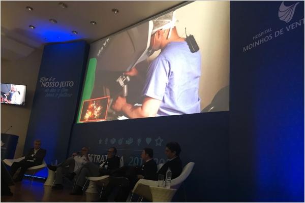 Cirurgia ao vivo transmitida para médicos e profissionais da saúde