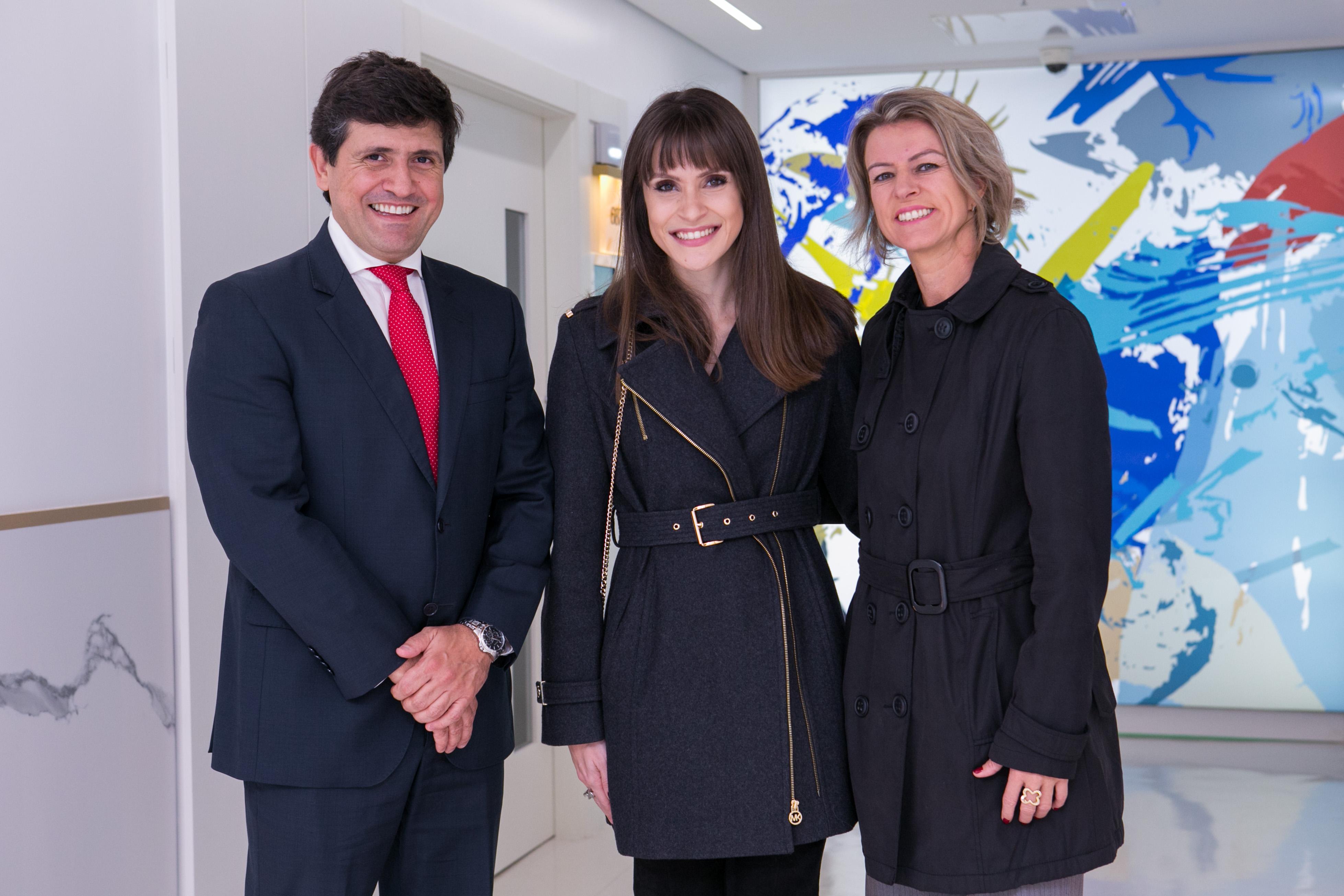 O superintendente Executivo Mohamed Parrini, a artista Mariana Prestes (C), e a Gerente de Relações com Mercado do Hospital Moinhos de Vento, Diocelia Jungbluth (D)