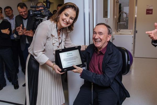 Empresário Clóvis Tramontina recebe placa