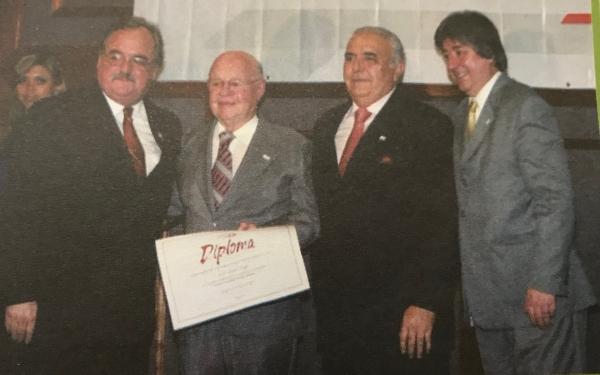 Exi-presidente Lauro Schuck recebe homenagem das mãos de Pedro Westphalen, Cláudio Allgayer e do presidente da FBH, Luiz Aramicy Bezerra Pinto