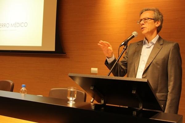 O médico do Serviço de Medicina Interna do HNSC Eduardo Oliveira Fernandes abordou a gênese do erro médico processada no modo de pensar