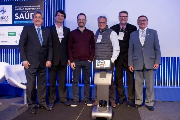Cláudio Allgayer, Carlos Klein, Cristiano Englert, Odacir Rossato e Paulo Petry. Salvador Gullo à frente, por meio do robô utilizado para interagir direto dos EUA.