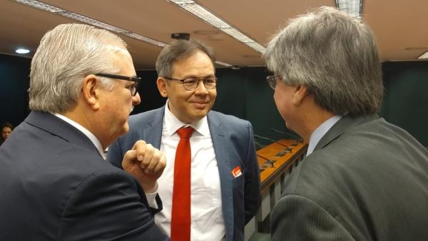 Breno Monteiro, presidente da CNSaúde (ao centro), conversa com Westphalen (esquerda) e Allgayer (direita), na Câmara dos Deputados