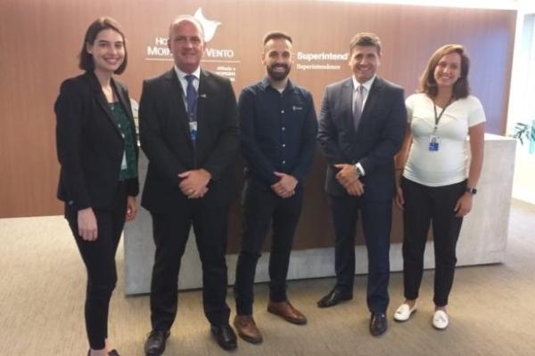 A parceria entre o Hospital Moinhos de Vento e a startup Stargrid foi oficializada pelo Superintendente Executivo, Mohamed Parrini, e pelo Diretor Executivo da Stargrid, Guilherme Bunse