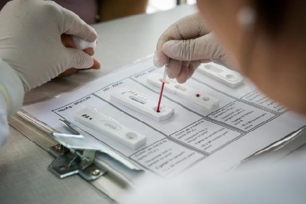 Testes são realizados na hora e pacientes divididos em grupos para avaliação de estratégias diferentes de monitoramento e combate à doença
