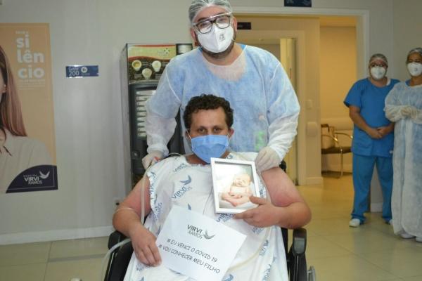 Paciente recebe alta após 48 dias internado e tem contato com o filho recém nascido pela primeira vez_